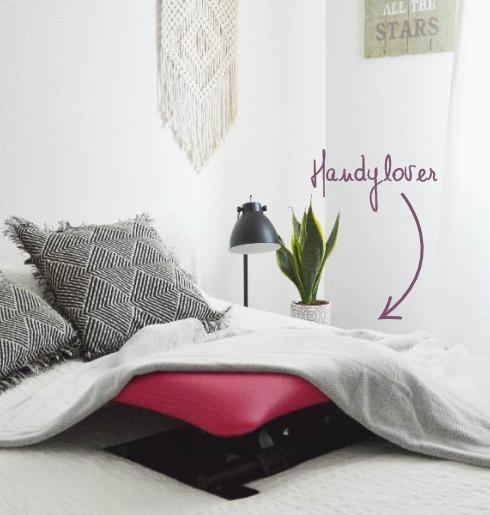 Un HandyLover sur un lit